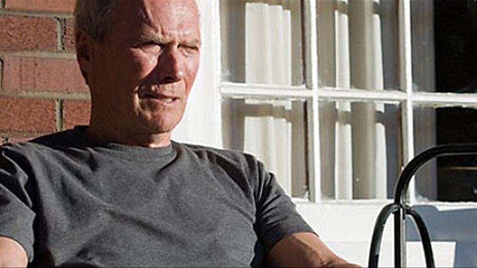 En grymtande Clint Eastwood som Walt Kowalski i filmen Gran Torino (tillgänglig på DVD).