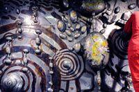 Med tålmodig hand renoveras konstverket Spelrum futurum från 1967 som sitter på väggen i Kaknästornets entré.