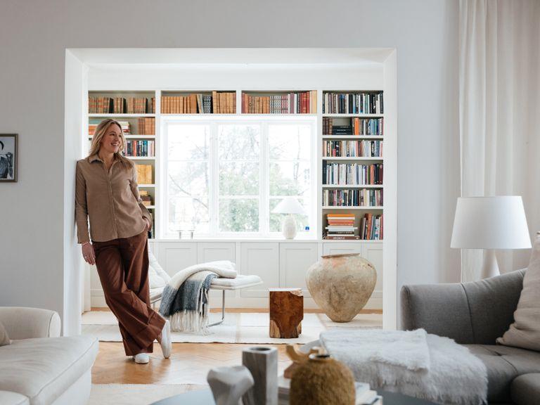 I Lotta Ågerups Brommavilla går alla rum i ljusa nyanser. Bokhyllan i biblioteket byggdes när  familjen flyttade in 2008.  Den stora  krukan är från The Straw.