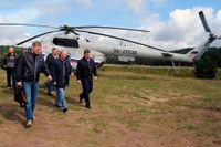 Rysslands president Vladimir Putin tillsammans med Dmitrij Peskov (tv) vid sjön Seliger nordväst om Moskva.
