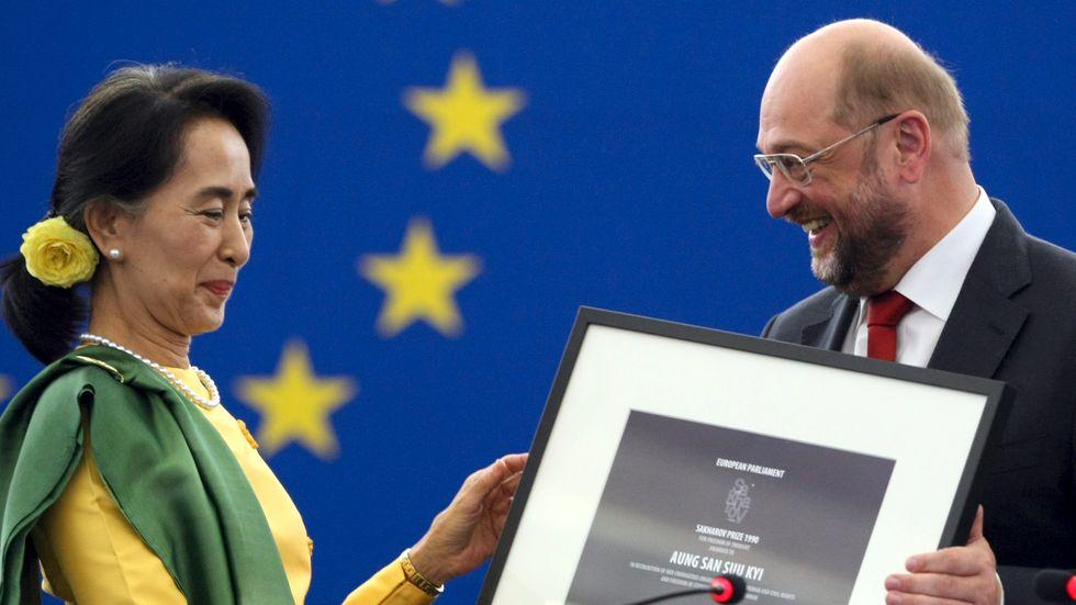 Efter flera år i husarrest kunde Aung San Suu Kyi först år 2013 ta emot EU-parlamentets Sacharov-pris för tankefrihet från dåvarande talmannen Martin Schulz. Arkivbild.