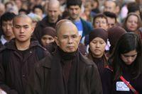 Meditation till fots under ledning av Thich Nhat Hanh i Paris 2005.