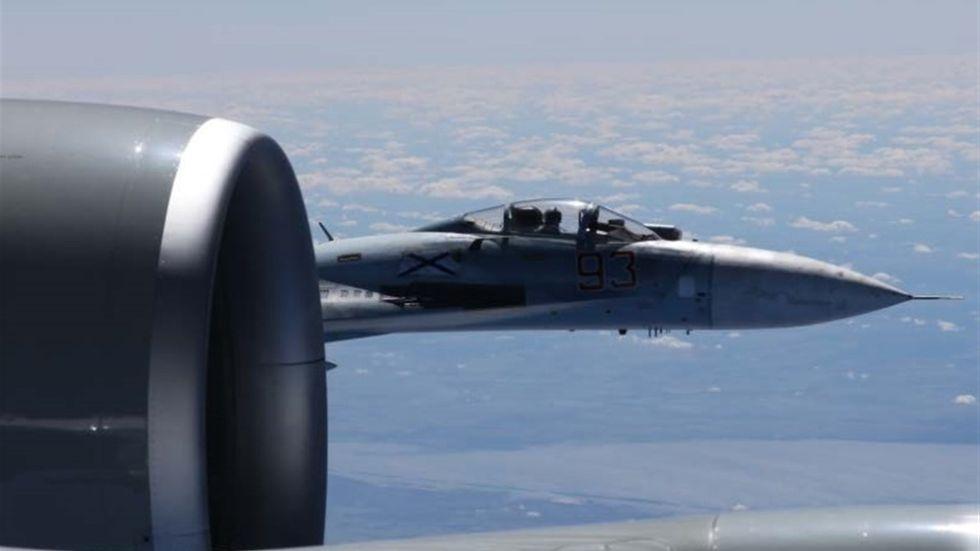 Samma dag som det svenska spaningsplanet tvingades avbryta sitt uppdrag flög ett ryskt SU-27-plan också mycket nära ett amerikanskt plan över Östersjön. Det ryska planet flög så nära det amerikanska att man på bilden kan urskilja piloten.