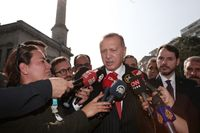 Turkiets president Recep Tayyip Erdogan talar journalister om landets offensiv in i nordöstra Syrien.