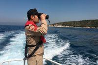 En turkisk kustbevakare spanar efter migranter i båt mellan Turkiet och Grekland. Bilden är från 2016.