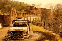 Ett utbrunnet fordon framför vinproducenten Castello di Amorosa.