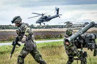 Soldater från P4 i Skövde i övning med amerikanska attackhelikoptrar, under försvarsövningen Aurora 17.