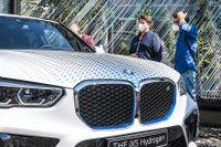 De första testbilarna av BMW:s vätgasbil iX5 Hydrogen har börjat rulla. Nästa år ska en liten provserie av bilarna tillverkas.