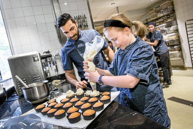 Leonor får hjälpa till att spritsa glasyr på vallmocupcakes i köket på Mr Cake, Roys kafé i Stockholm. Snart öppnar han ytterligare ett kafé i Göteborg.