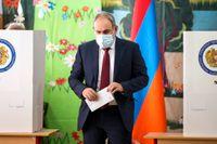 Armeniens premiärminister Nikol Pasjinjan lägger sin röst.