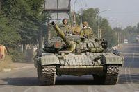 Proryska separatister i staden Krasnodon i östra Ukraina. I staden har flera ryska konvojer med militärmateriel siktats av AP:s reportrar den senaste veckan.