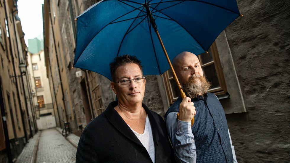 """Jan Söderqvist och Alexander Bard är aktuella med sin femte bok och menar att deras texter har bidragit till samhällsutvecklingen. """"Vi har gett samhället en sann spegel. En grötig, jobbig spegel. Men ett sätt att se sig själv, reflektera sig och möjligen välja ett mer produktivt sätt att fortsätta leva"""", säger Jan Söderqvist."""