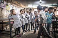 Barnen i Khan al-Ahmars skola ställer upp sig på led inför att gå ut på rast. Nu hotas deras skola av rivning.