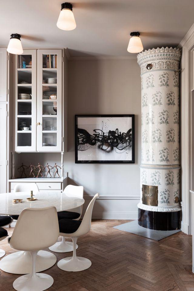 Matsalsbord och stolar är designade av Eero Saarinen för Knoll. Kakelugnen eldar familjen i varje morgon till frukosten.