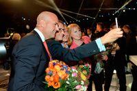 """Alliansens företrädare ställde upp sig för en """"selfie"""" efter Aftonbladets partiledardebatt på måndagskvällen."""