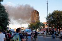 Kraftig rök stiger från höghuset i Milano.