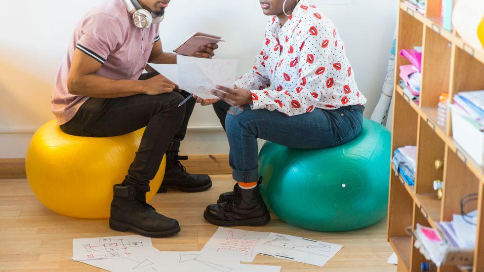 Brainstorming är ett vanligt uttryck i arbetslivet – men vad säger Svensk ordbok om det?