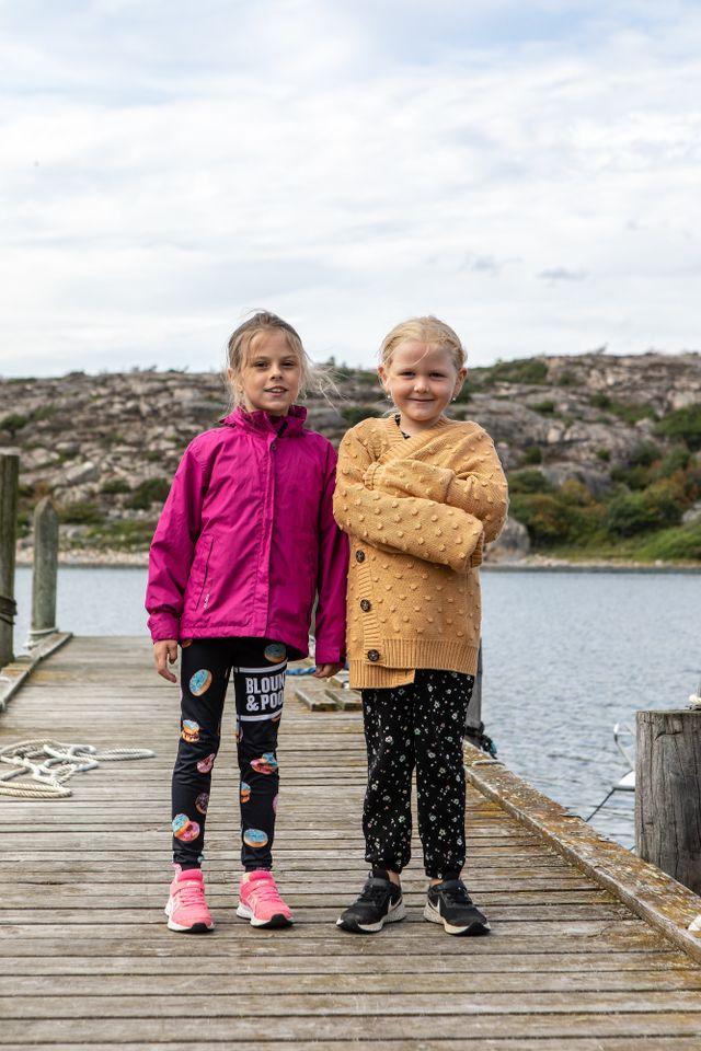 """Att simma och ta upp ostron var det bästa med att få följa med ostrondykaren Lotta Klemming en dag på jobbet, tycker Signe.(t.h) """"Att värma sig efteråt"""", tycker Ofelia.(t.v)"""
