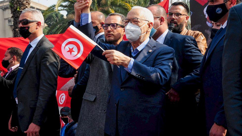 Ennahda-partiet, vars ledare Rached Ghannouchi här deltar i demonstrationer, ber sina anhängare välja dialog framför strid. Arkivbild.