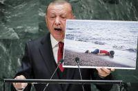 Erdogan med en bild på treåriga Alan Kurdi som drunknade på flykt över Egeiska havet 2015.