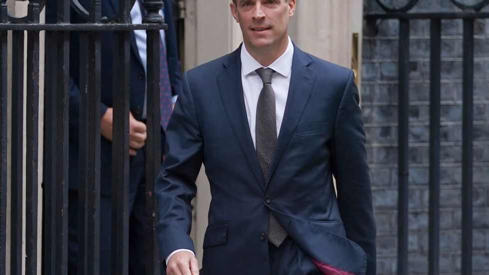 Storbritanniens utrikesminister Dominic Raab slår tillbaka mot amerikanska anklagelser. Arkivbild.