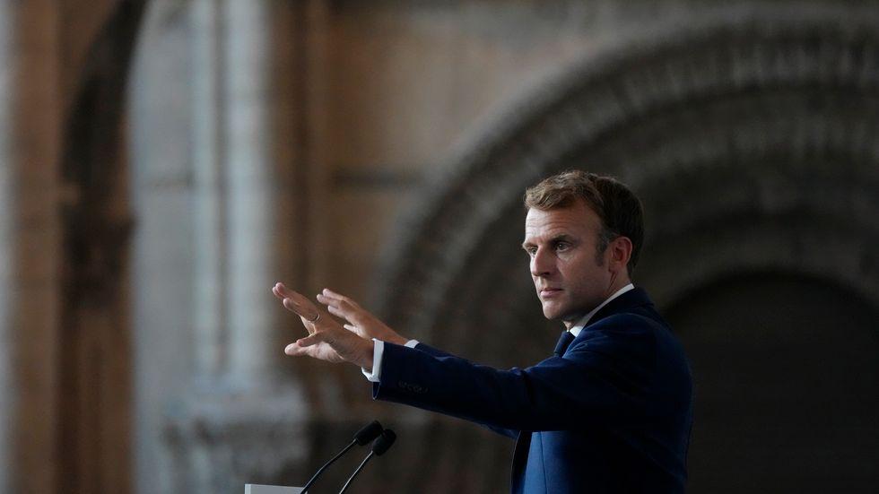 Vart är republiken på väg? Frankrikes president Emmanuel Macron uppmanas starta ett helt nytt parti inför valen nästa år.