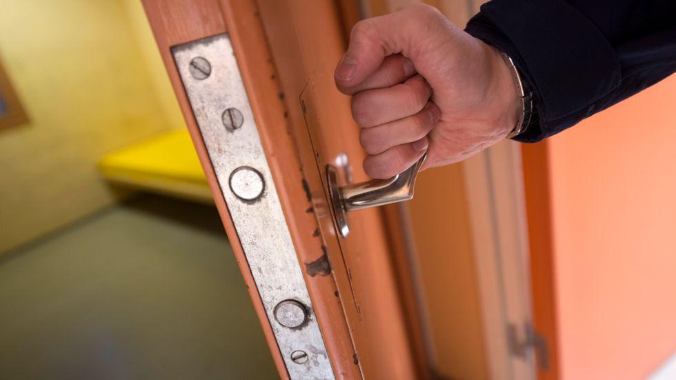 Berusade kvar i cell – polisen vill ändra lag