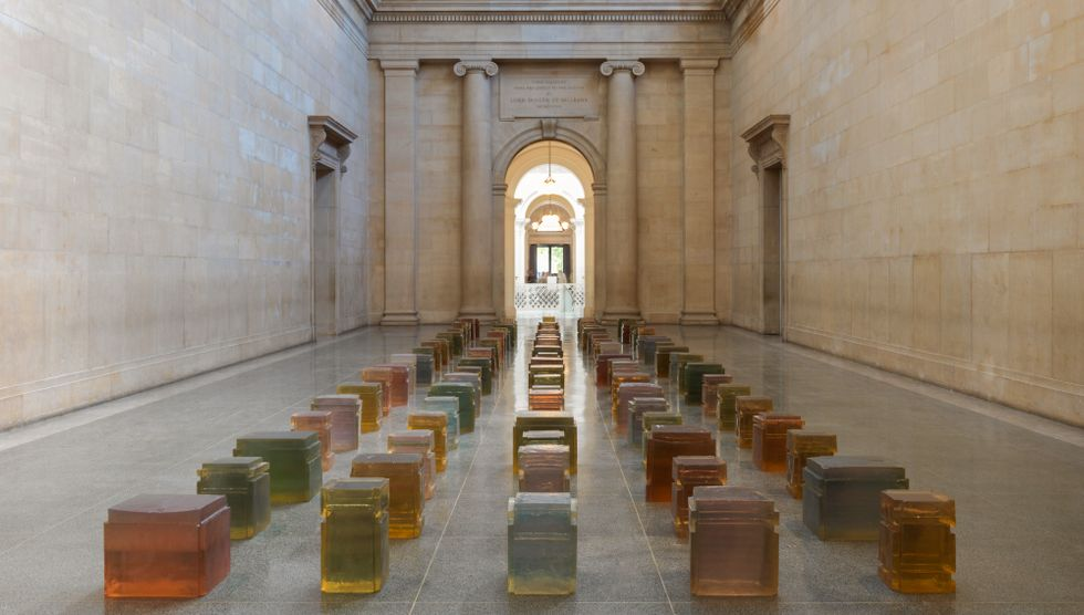 """Rachel Whitereads verk """"Untitled (One Hundred Spaces)"""" från 1995 består av plastformer gjutna av det tomma utrymme som stolar har mellan sitsen, benen och golvet."""