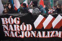"""En grupp polska nationalister demonstrerar under devisen """"Gud, nationen, nationalismen"""" i anslutning till Polens självständighetsdag den 11 november i Warszawa."""