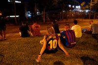 Barcelonasupportrar utanför hemmaarenan Camp Nou när beskedet att Lionel Messi lämnar klubben kommit.
