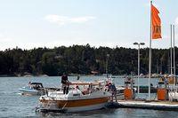 På några ställen längs den svenska kusten kan man köpa den nya typen av miljödiesel Ecopar i sommar. På bilden Hotellbryggans sjömack i Dalarö.
