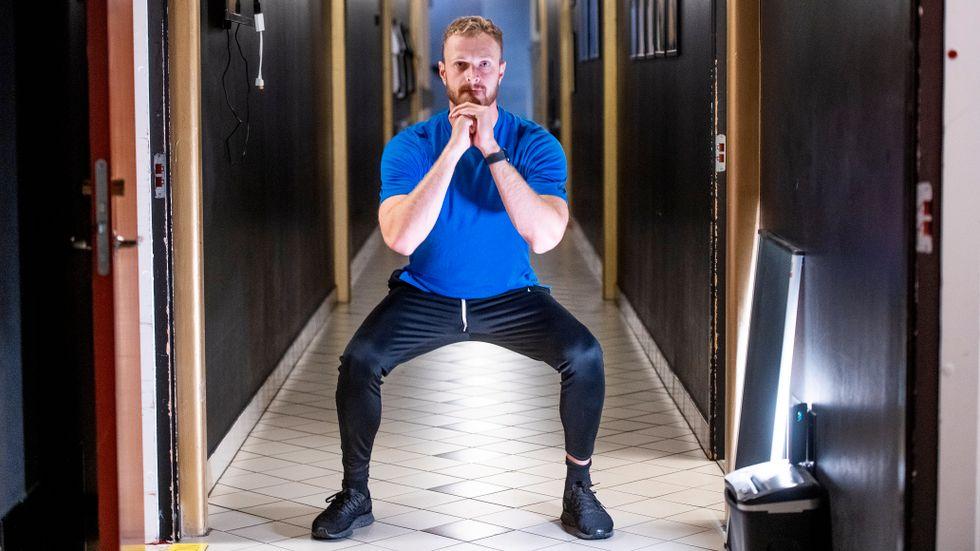 Mike Lawson visar squats, som stärker musklerna runt knäna.