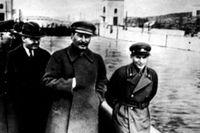 1937 ses Stalin med Nikolai Yezhov, folkkommissarie för vattenförsörjningen. Till höger är han utbytt mot just vattnet i Moskvakanalen. Yezhov avrättades i februari 1940.