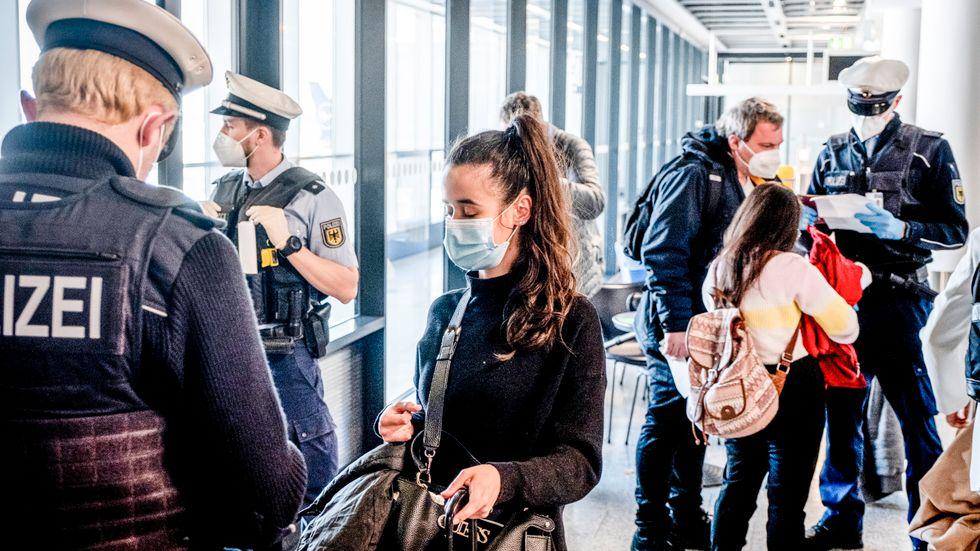 Tysk federal polis kontrollerar resenärer som kommit åter till Tyskland från Mallorca på tisdagen.