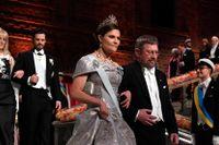 Kronprinsessan tillsammans med fysikpristagaren Michael Kosterlitz vid Nobelbanketten 2016.