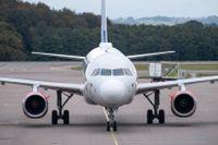 Coronapandemin har slagit hårt mot flygbranschen och flygplanstillverkaren Airbus justerar ned sina produktionsplaner för de kommande två åren kraftigt. Skandinaviska SAS flyger Airbus-plan. Arkivbild.