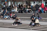 Stockholmare njuter av aprilsolen i Kungsträdgården. Men det är viktigt att inte glömma att smörja sig med solkräm även under våren.