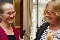 Malin Ek får årets O'Neill-pris av Dramatenchefen Marie-Louise Ekman.