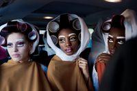 """Modeller backstage på David Tlales modeshow under Mercedes-Benz Fashion Week i Johannesburg 2012. Kollektionen som hade döpts till """"I am not colored. I am color"""" gick i vitt med starka färgklickar."""