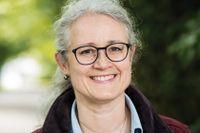 Åsa Melhus, professor i klinisk bakteriologi på Uppsala universitet, anser att avstånd är viktigare än munskydd – i smittspridningssynpunkt.