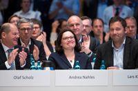 Andrea Nahles (i mitten), flankerade av finansminister Olaf Scholz (till vänster) och generalsekreteraren Lars Klingbeil (till höger) efter omröstningen på SPD-kongressen i Wiesbaden.