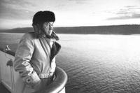 Aleksandr Solzjenitsyn tvingades i februari 1974 i exil och fråntogs sitt sovjetiska medborgarskap. SvD:s fotograf Ragnhild Haarstad tog fotot där Solzjenitsyn står på båten från Danmark till Norge.