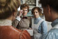 "Sissela Kyhle och Sofia Ledarp, scen ur tredje säsongen av ""Fröken Frimans krig""."