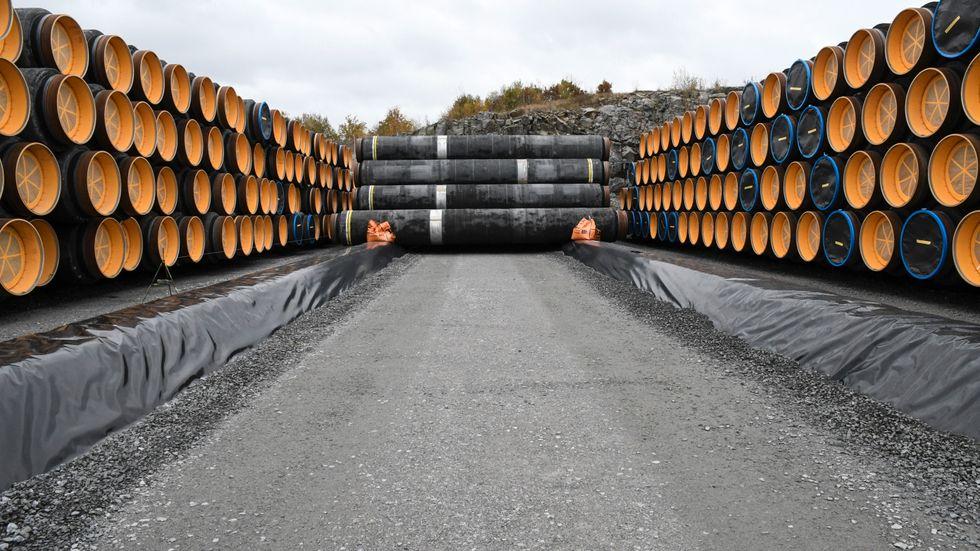 Rör till den omstridda gasledningen Nord Stream 2 lagras i hamnen i Karlshamns kommun. Arkivbild.