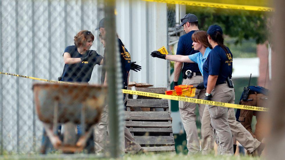 Utredare på brottsplatsen vid basebollplanen i Alexandria i Virginia där en 66-årig man öppnade eld onsdagen den 14 juni.