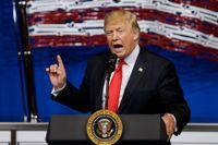 Donald Trump far ut mot sparkade FBI-chefen James Comey på twitter.