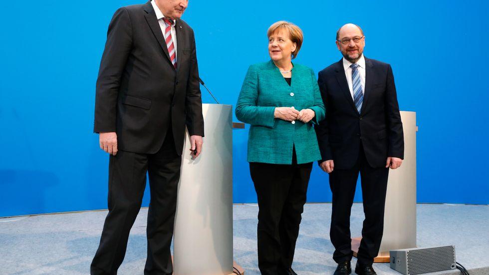 CDU-ledaren Angela Merkel omgiven av CSU-ledaren Horst Seehofer och SPD-ledaren Martin Schulz på onsdagens presskonferens.