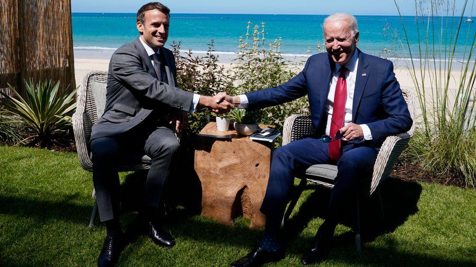 Fortfarande vänner? Frankrikes Emmanuel Macron och USA:s Joe Biden när presidenterna träffades vid G7-mötet i England i juni.