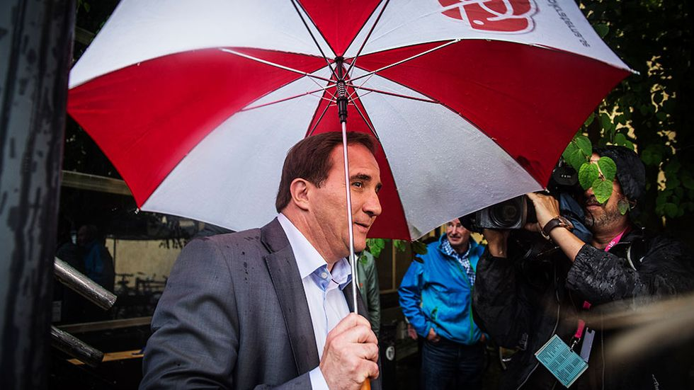 Stefan Löfven i regnet på Socialdemokraternas dag i Almedalen.