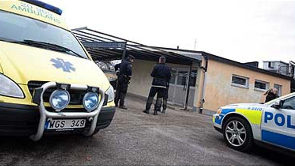 Polis och ambulans på plats efter knivdådet i Kungsängen i november förra året.